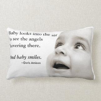 El bebé sonríe almohada