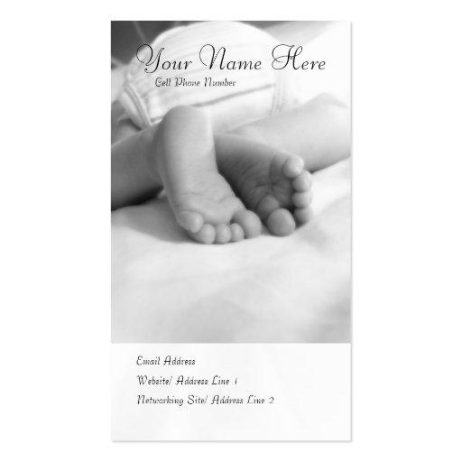 El bebé toca con la punta del pie la tarjeta del p plantilla de tarjeta de visita