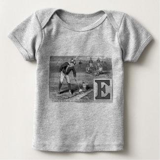 El béisbol E inicial se divierte significando el Camiseta De Bebé