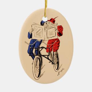 El besarse en tándem de la lectura de los pares de adorno navideño ovalado de cerámica