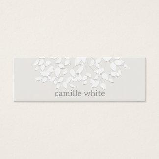 El blanco bonito grabó en relieve las hojas de la tarjeta de visita mini