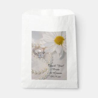 El boda elegante de la margarita blanca le bolsa de papel