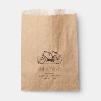 El boda en tándem de la bicicleta del vintage le bolsa de papel