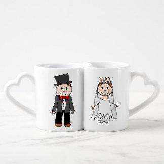 el boda, la novia y el novio, corrigen detrás el set de tazas de café