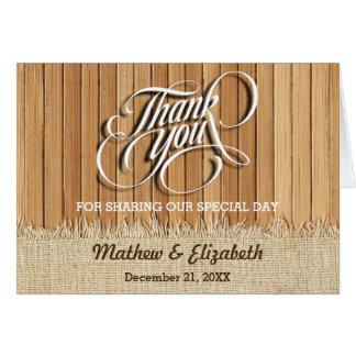 El boda rústico de madera de la arpillera le tarjeta de felicitación