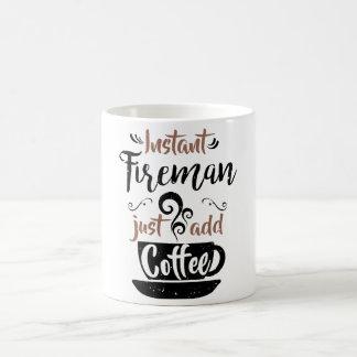 El bombero inmediato apenas añade el café taza de café