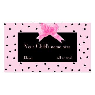 El bonito del chica en tarjeta de visita rosada