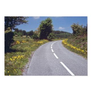 el borde de la carretera amarillo florece, las invitación 12,7 x 17,8 cm