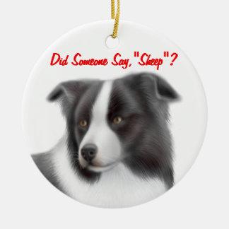 El border collie adaptable que reúne el ornamento adorno navideño redondo de cerámica