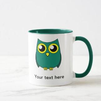 El búho lindo con amarillo enorme observa la taza