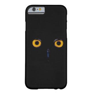 El búho viejo sabio fantasmagórico observa la cara funda de iPhone 6 barely there