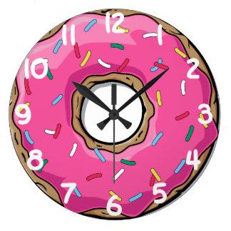 El buñuelo rosado con asperja reloj redondo grande