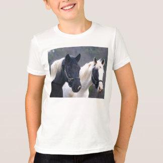 El caballo doble embroma la camisa