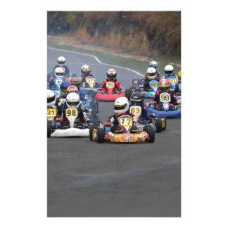 El cadete del asistente va a karting la raza del papeleria de diseño