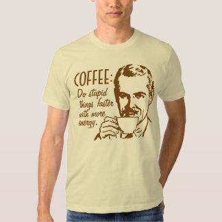 El café hace cosas estúpidas más rápidamente camiseta