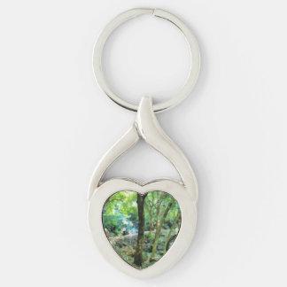 El caminar a través del bosque llavero plateado en forma de corazón