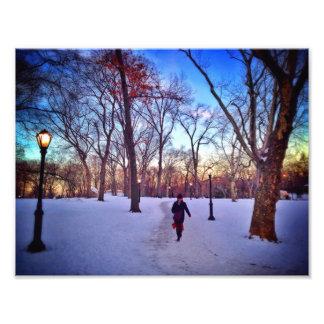 El caminar bajo puesta del sol del invierno fotografias