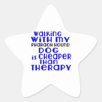 El caminar con mis diseños del perro de caza del pegatina en forma de estrella