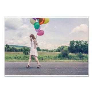 El caminar de la mujer del globo invitación 12,7 x 17,8 cm