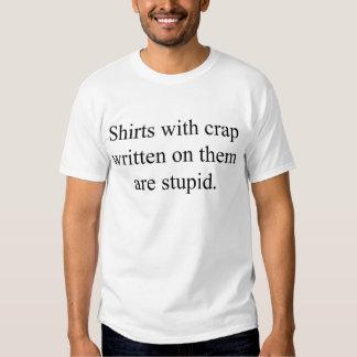 El camisetas con la mierda escrita en ellos es