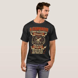 El carpintero alguien reconoce la camiseta dada