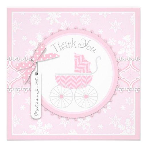 El carro y los copos de nieve rosados de bebé le invitación