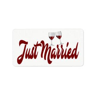 El casarse casado rojo de las copas de vino de etiquetas de dirección