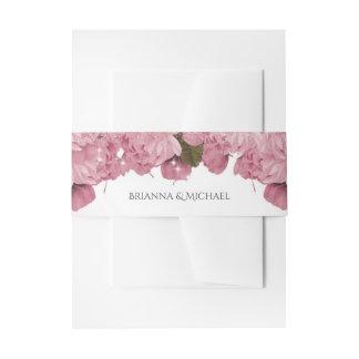 El casarse rosado de las flores de cerezo y de las cintas para invitaciones