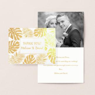 El casarse tropical de las hojas le agradece oro tarjeta con relieve metalizado