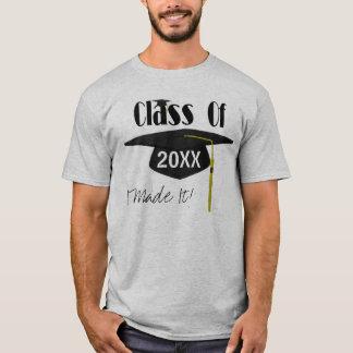 El casquillo y la borla de la graduación le camiseta