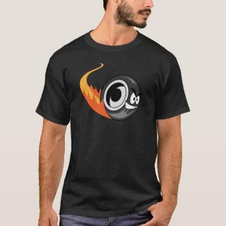 El caucho resuelve el camino la camiseta negra