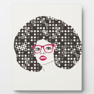 ÉL chica con los labios y afro rojos sensuales del Placa Expositora
