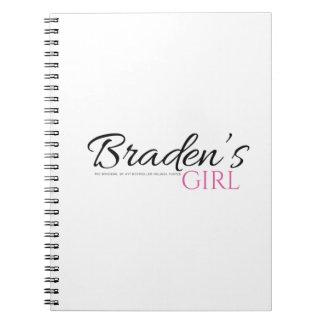 El chica de Braden con el cuaderno negro y rosado