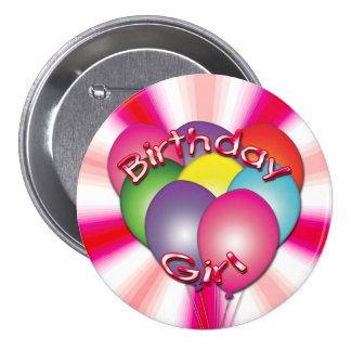 El chica del cumpleaños hincha el botón