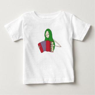 El chica juega la camiseta del acordeón para los