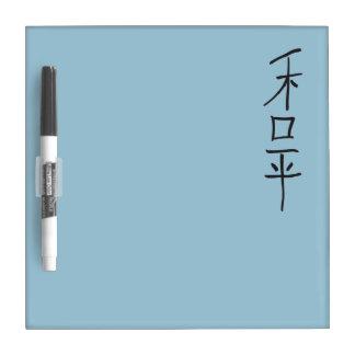 El chino de la caligrafía de la paz pone letras al tablero blanco