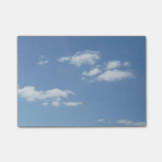 El cielo azul con blanco se nubla notas de post-it