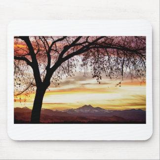 El cielo colorido de la puesta del sol de noviembr tapete de raton