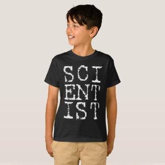 El científico embroma la camisa oscura