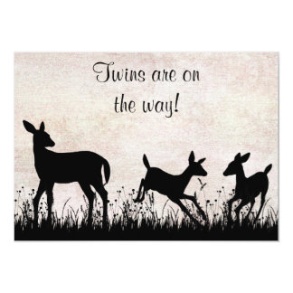 El ciervo en prado hermana la invitación de la