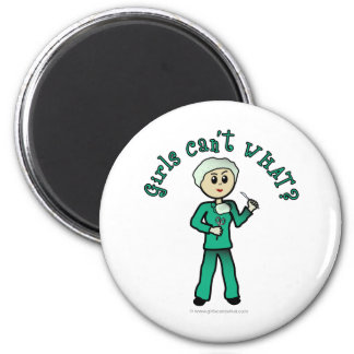 El cirujano de sexo femenino ligero en verde frieg imán de frigorifico