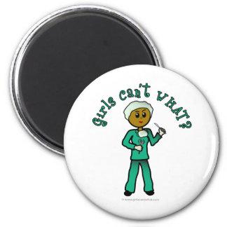 El cirujano de sexo femenino oscuro en verde frieg imanes para frigoríficos