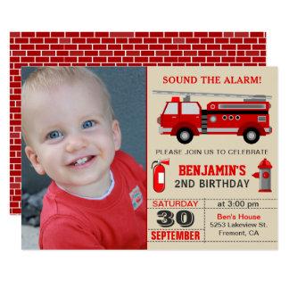 El coche de bomberos embroma la invitación de la