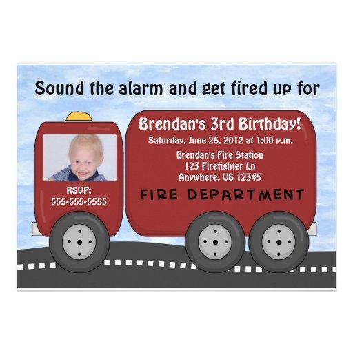 El coche de bomberos embroma la invitación del cum