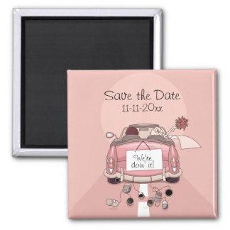El coche de partida rosado de novia y del novio imán cuadrado