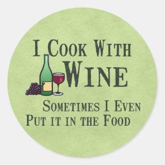 El cocinar con el vino pegatina redonda