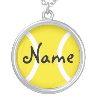 El collar de plata con la pelota de tenis