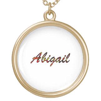El collar redondo blanco de Abigail