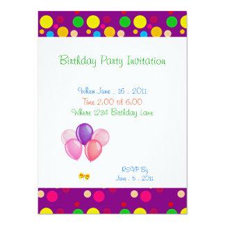 El color de la fiesta de cumpleaños puntea la invitación 13,9 x 19,0 cm