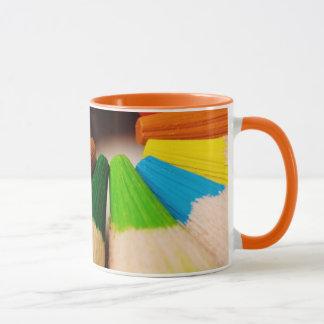 El color dibujó a lápiz la taza del monograma